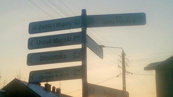 Jedwabne. Znaki niewskazują drogi dopomnika