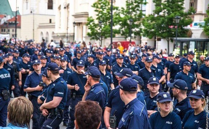 Tłumy policjantów podczas miesięcznicy 10 czerwca 2017 roku