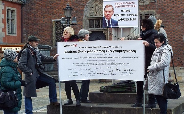 Rocznicowa pikieta pod pręgierzem piętnująca poczynania Andrzeja Dudy