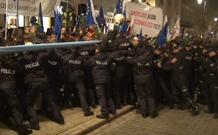 Policja spycha legalną demonstrację, 10 marca 2017