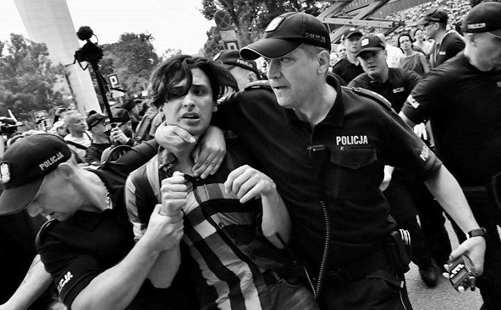 Dawid Winiarski brutalnie szarpany przez policję na demonstracji przed Sejmem