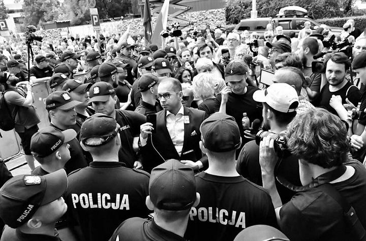 Poseł Szczerba wśród policjantów