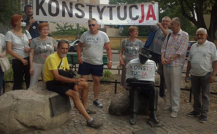 """Obywatele RP i Obywatele GW 66-400 ubrali gorzowskie pomniki w koszulki z napisem """"Konstytucja"""""""