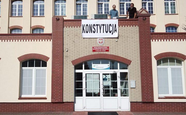 """Napis """"konstytucja""""na budynku Urzędu Marszałkowskiego w Gorzowie Wielkopolskim"""