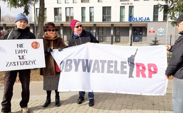 Pikieta przed komisariatem policji w Lublinie