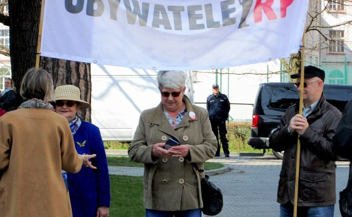 Obywatele RP przed spotkaniem Morawieckiego z mieszkańcami w Puławach